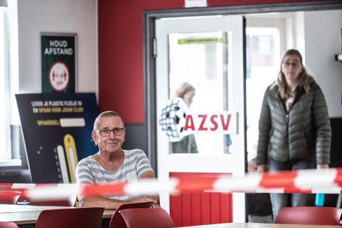 Kantineman Hans Deunk in een lege kantine bij AZSV in Aalten. Het zitgedeelte is afgezet met rode linten. Afhalen kan nog wel.
