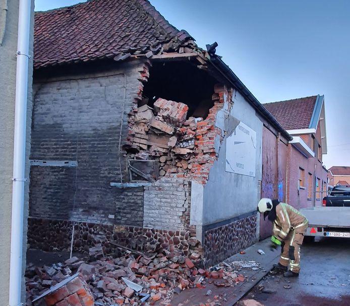 Brandweerpost Geraardsbergen kwam ter plaatse om de brokstukken op te ruimen.