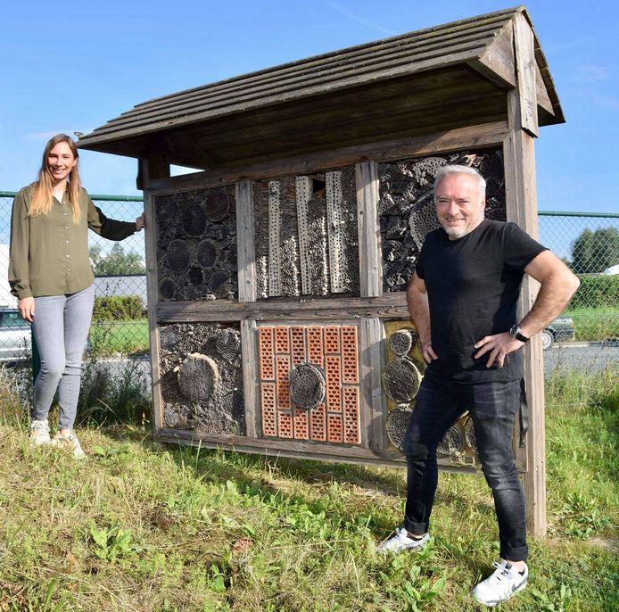 Tine Paredis en Didier Cortois bij het insectenhotel bij Transmoove aan Cargovil Vilvoorde