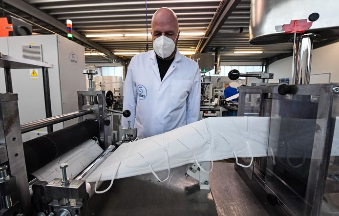 Beeld van de productie van FFP2-maskers in het Duitse Wuppertal.
