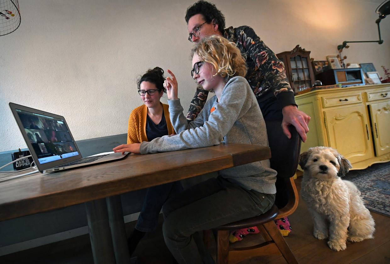 Risto Viskil volgt met zijn ouders een digitale rondleiding van een middelbare school. Hij twijfelt nog tussen twee scholen.   Beeld Marcel van den Bergh / de Volkskrant