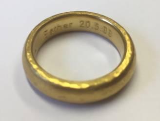 Wie kent Esther, gegraveerd in deze op het strand gevonden ring?