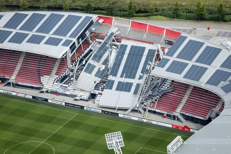 Een luchtfoto van de schade aan het dak van het AFAS Stadion van AZ. Beeld ANP