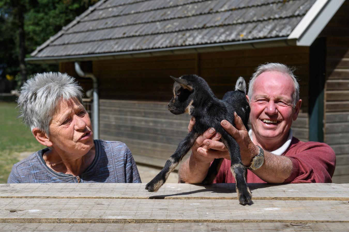 Gerrie en Jan Geesink afgelopen zomer met het geitje Truus, dat ze samen met de fles hebben grootgebracht.