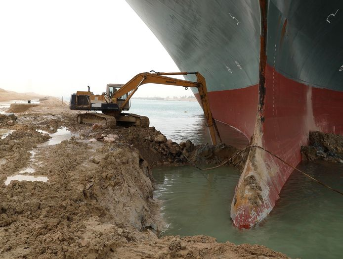 """Depuis mercredi, l'Autorité égyptienne du canal de Suez (SCA) tente de dégager le porte-conteneurs """"Ever Given"""". Ce navire de plus de 220.000 tonnes et d'une longueur équivalente à quatre terrains de football est coincé dans le sud du couloir maritime commercial, à quelques kilomètres de la ville de Suez."""