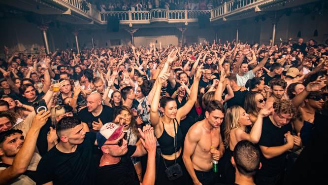 Dansen, drinken en zweten op anderhalve tegel en dat mág gewoon: 1.500 Nederlanders én onze reporter feesten in Amsterdamse Paradiso