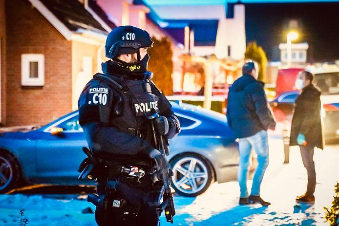 Een gewapende politieagent is op zijn hoede.