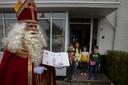 Sinterklaas, zondag tijdens een bezoek 'op afstand' in het Witte Dorp in Eindhoven.