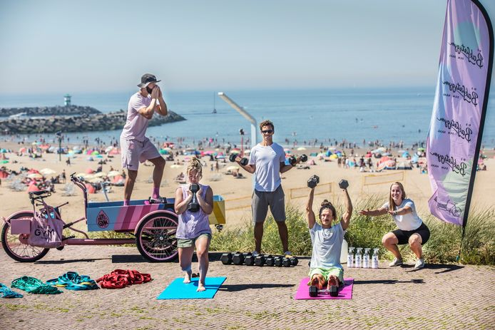 Fitness met Bakfiets gym aan zee, links Guido van Belle