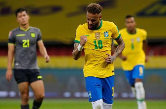 Neymar viert zijn treffer, na een in twee instanties ingeschoten strafschop.