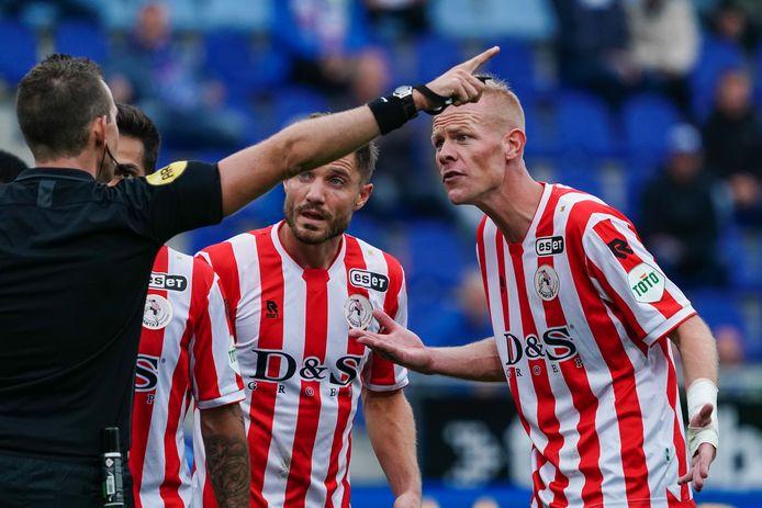 Tom Beugelsdijk laat zich op het veld al vaak horen. Binnenkort neemt de Haagse verdediger bij vierdeklasser Hazerswoudse Boys op de bank plaats.
