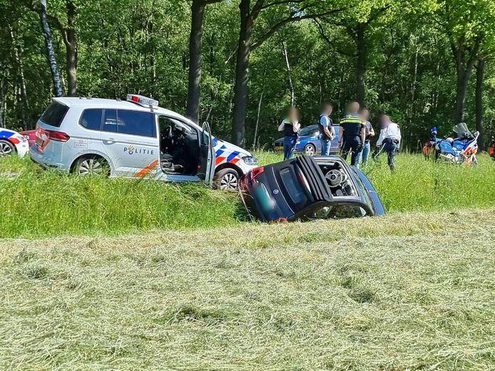 De politie heeft maandagmiddag een gestolen auto achtervolgd vanuit Duitsland. De auto is nabij Beckum van de weg gehaald. De gestolen auto kwam hierbij in de sloot terecht. De bestuurder is aangehouden.