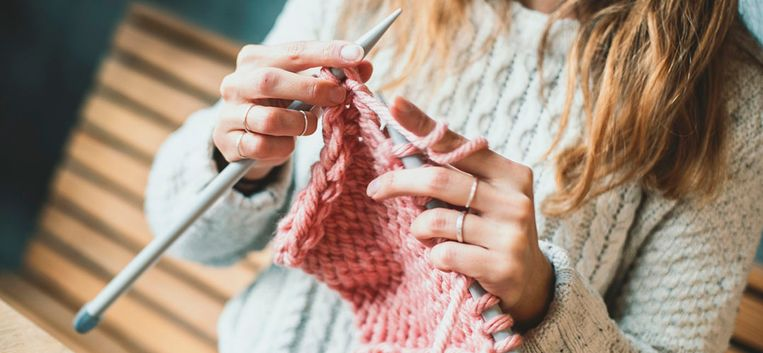 Knus op de bank lekker breien: een trui om in weg te kruipen