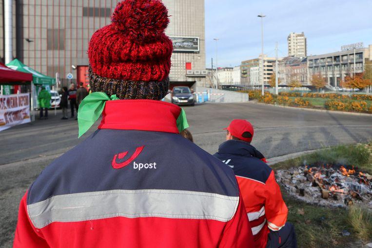 Stakingpiquetten bij het sorteercentrum van Bpost in Charleroi. (Archieffoto) Beeld Photo News