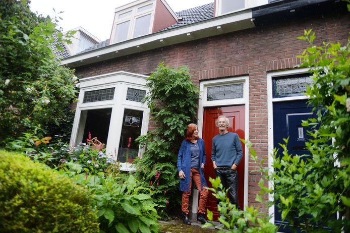 Erik van der Endt en echtgenote voor hun woning aan de IJsbaanweg in het havengebied.