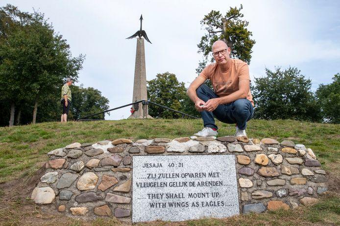 Ruurd Kok bij het Airbornemonument op de Ginkelse Heide in Ede.