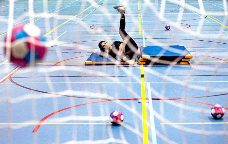 Dalaila Amega, handbalster van de Nederlandse wereldkampioensploeg, revalideert na een kruisbandoperatie op Papendal onder de leiding van fysiotherapeute Linn Wilemsen. Ze hoopt op tijd fit te zijn voor de Olympische Spelen. Nog 235 dagen tot Tokio. Beeld Klaas Jan van der Weij