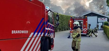 Trekker vliegt in brand in schuur in Geesteren