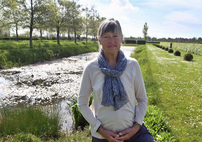 Willemien van Montfrans voor het 'grand canal' op de gerestaureerde buitenplaats Ravestein bij Grijpskerke.