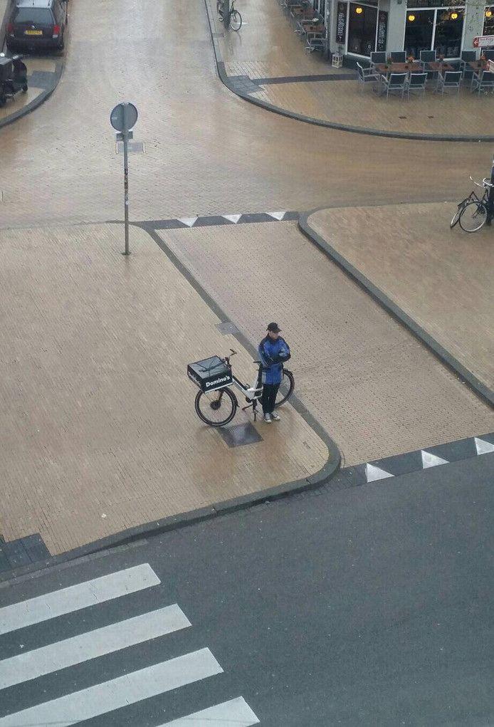 Pizzakoerier houdt in Groningen twee minuten stil tijdens de dodenherdenking.