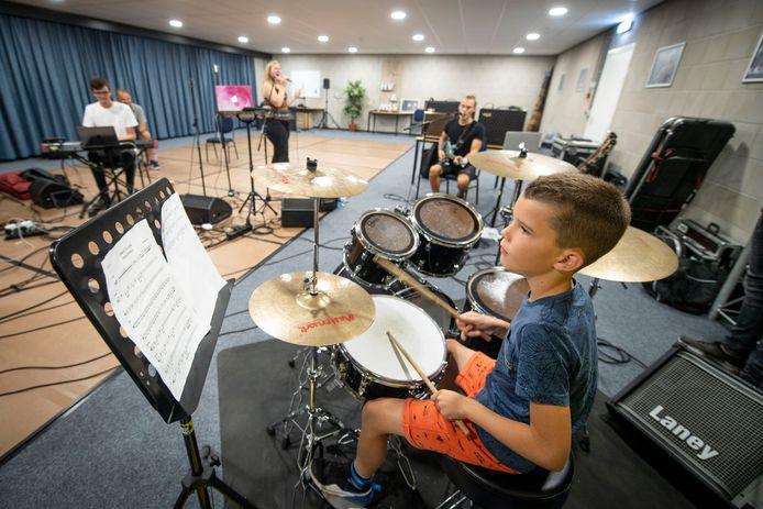 Repetitie bij House of Pop voor Vrienden van Borculo Live. Leerlingen die mee oefenen: op drumstel Bram de Zeeuw (9 jaar) en op piano Evi Reerink (10 jaar)