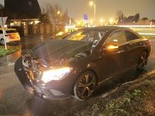Automobilist met onbekend letsel naar ziekenhuis na botsing in Deventer op N348