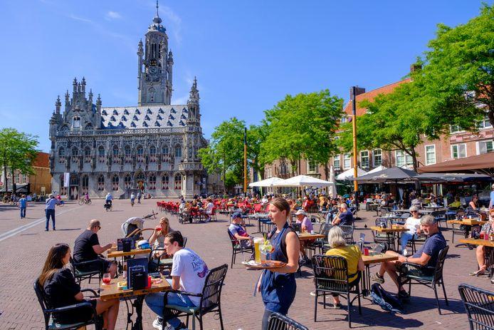 De ruim opgezette terrassen op de Markt in Middelburg, afgelopen zomer.