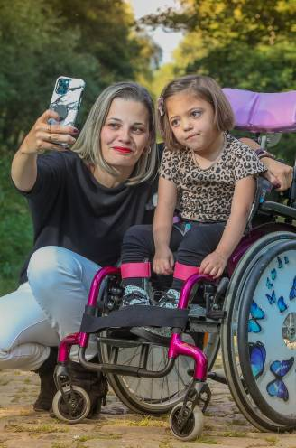 """Neyla (4) kreeg al 44 operaties maar gaat vandaag naar school: """"Achteraf vroeg ik de dokter of hij voor zijn kind hetzelfde zou doen. Hij zei ja"""""""