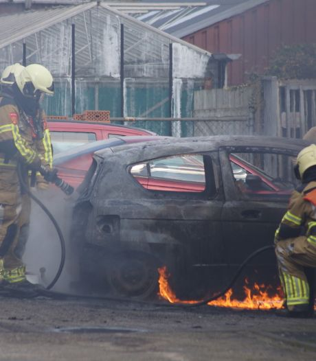Auto gaat in vlammen op bij autobedrijf Lage Ham in Dongen