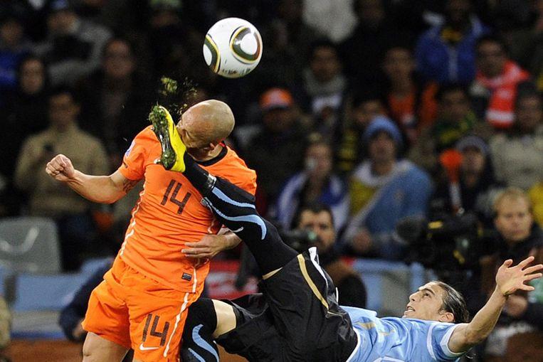 Demy de Zeeuw (L) krijgt de schoen van Martin Caceres van Uruguay in zijn gezicht tijdens de halve finale (EPA) Beeld EPA