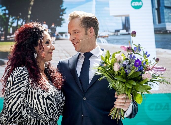Minister Hugo de Jonge met zijn vrouw Mireille na de bekendmaking dat hij de CDA-lijsttrekkersverkiezing heeft gewonnen.