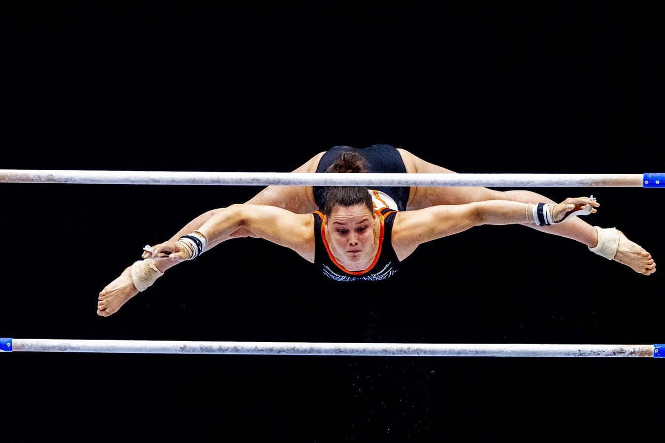 Elze Geurts tijdens de eerste teamkwalificatie voor een plek in het olympisch team in actie op het onderdeel brug.