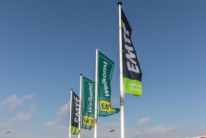 De vlaggen van EMTÉ wapperen.