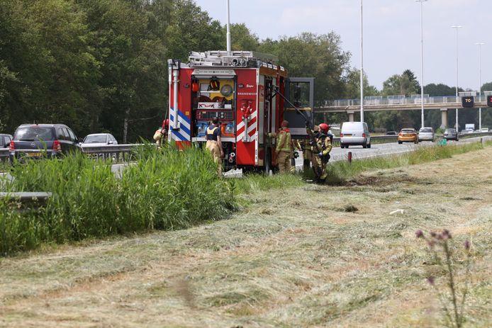 De brandweer kreeg de bermbrand snel geblust