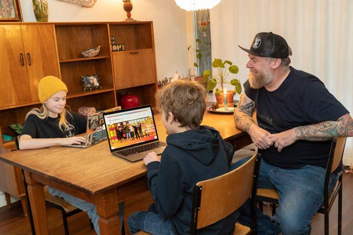 Marcel Molenaar speurt met zijn dochter Olivia en buurjongen Thom op de laptop naar middelbare scholen. Open dagen zitten er door de lockdown namelijk niet in.