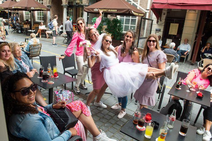 Stefanie uit Hellevoetsluis viert haar vrijgezellenfeest in Breda.