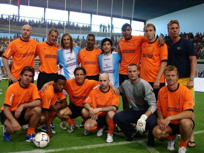 De oud-internationals van Oranje poseren met Diego Armando Maradona.