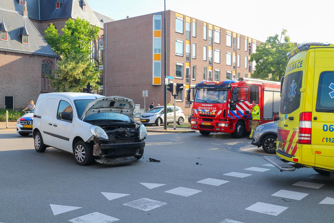 Bij een botsing op de Stationsstraat met de Kalverstraat in Apeldoorn is vanavond een man gewond geraakt.