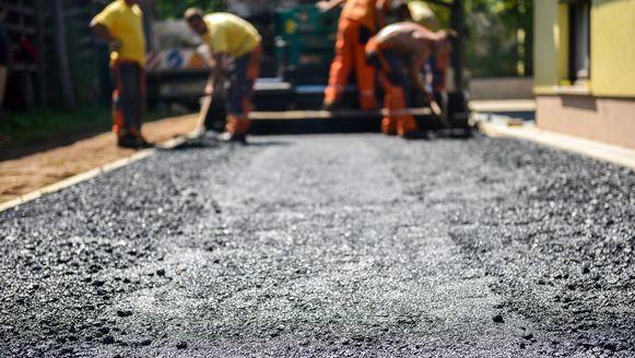 Volgens de ontwikkelaars van het idee zijn wegen van plastic een pak duurzamer dan het huidige asfalt of beton en gaan ze tot drie keer langer mee. Ze zullen ook sneller aangelegd kunnen worden en als er iets stuk gaat, is een herstelling minder ingrijpend.