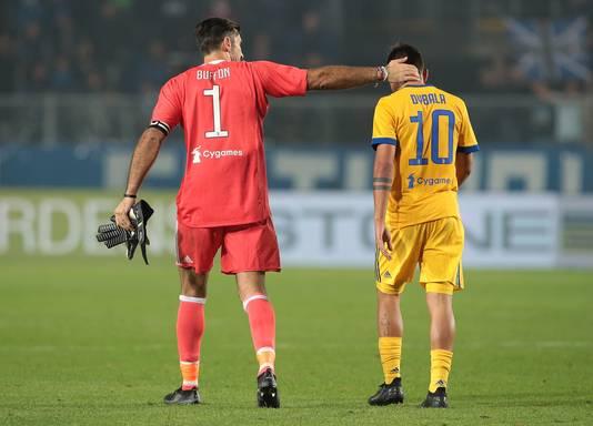 Gianluigi Buffon troost Paulo Dybala na zijn gemiste penalty tegen Atalanta.