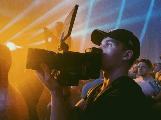 Thijs Fransen aan het werk als videograaf.