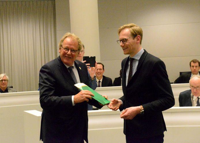 Na wat gesputter over vertrouwelijkheid, achterkamertjes en procedures krijgt commissaris van de Koning Jaap Smit de profielschets van Chris van der Helm, voorzitter presidium.