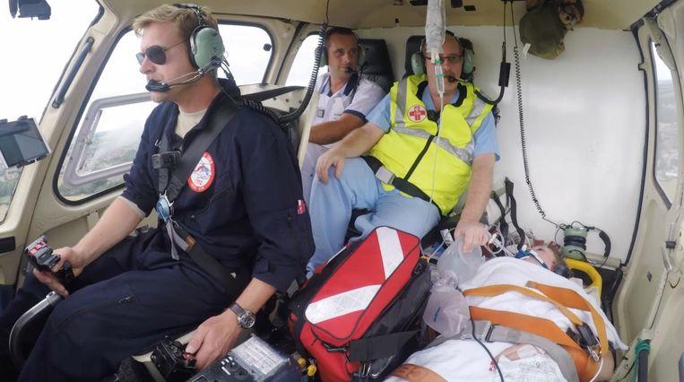 Lisa-Marie wordt met de helikopter overgebracht naar het ziekenhuis.