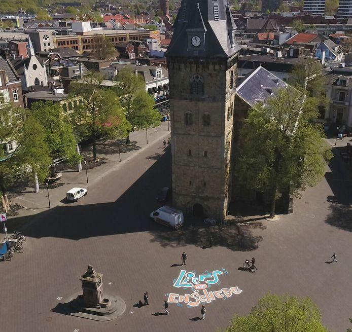 In de hele stad staken mensen plaatsgenoten een hart onder de riem. Zo ook op de (verlaten) Oude Markt