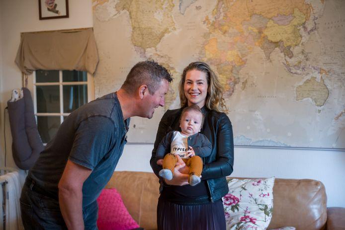 Douwe en zijn dochter Femke de Vries (respectievelijk wijkagent en raadslid op Schouwen-Duiveland) duiken in de serie op.