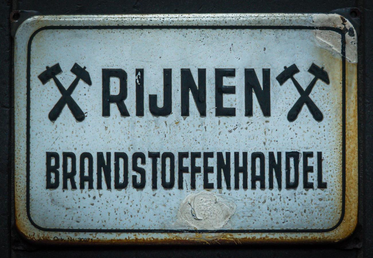 Het bedrijfslogo van Rijnen Brandstoffen herinnert nog altijd aan de kolenmijnen.
