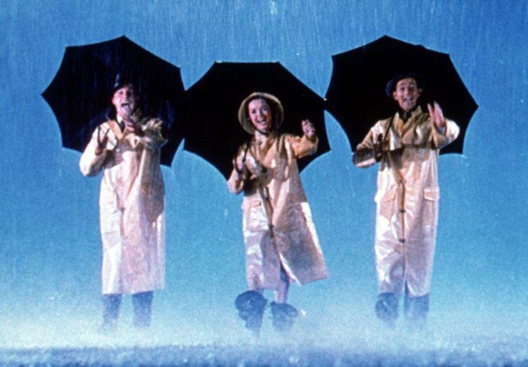 Vanaf links: Gene Kelly, Debbie Reynolds en Donald O'Connor in Singin' in the Rain. Beeld