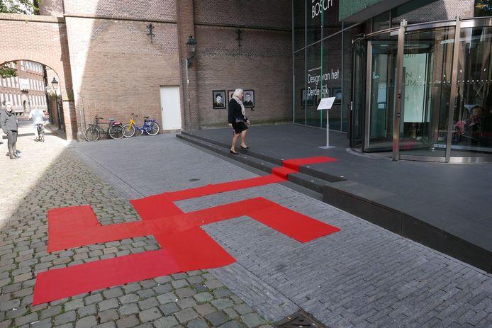 Provocerende rode loper bij het Design Museum Den Bosch