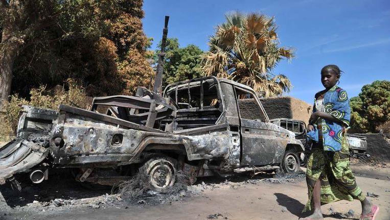Een vernietigd voertuig, vandaag in de Malinese stad Diabaly Beeld ANP