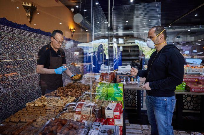 Bakkerij Fes is een gewilde bakker in Rotterdam-West. De rij stond vanochtend tot aan het verkeerslicht op het Mathenesserplein.
